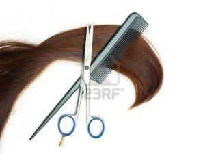 Cheveux et Lune été 2012 dans Beaute 6429555-ciseaux-brosse-a-cheveux-et-meche-de-cheveux-isole-sur-fond-blanc-300x225